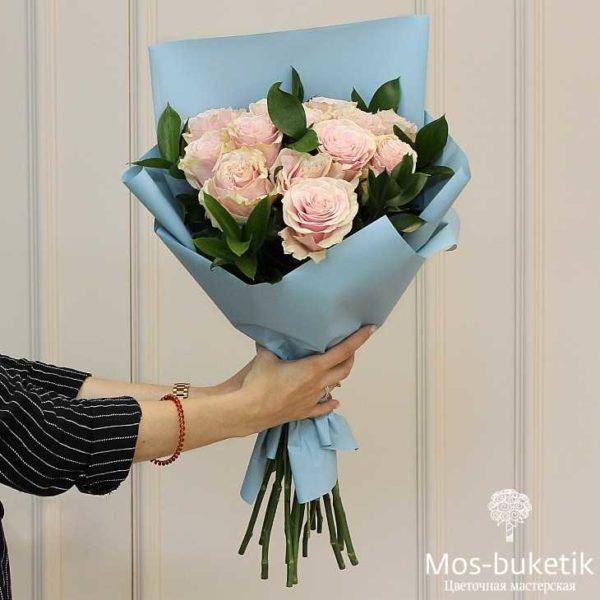 Букет из розовых премиум роз с зеленью