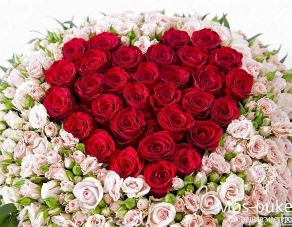 Кустовые розы в виде сердца в корзине