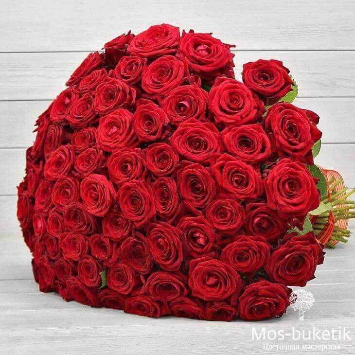 101 красной розы в ленте купить в Москве недорого с доставкой!