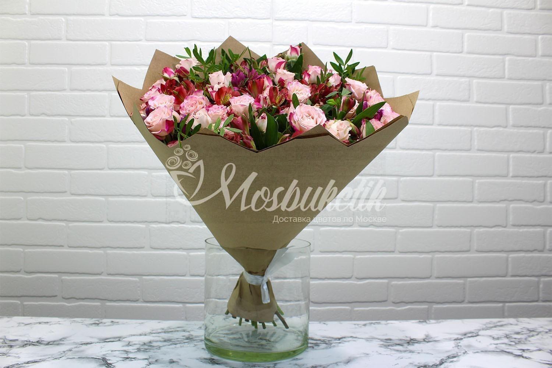 Букет из кустовых роз с альстромерии