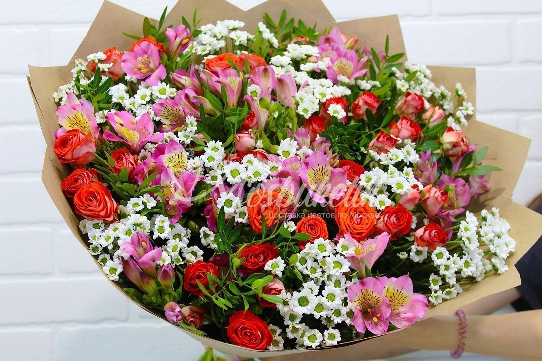 альстромерия и кустовые розы