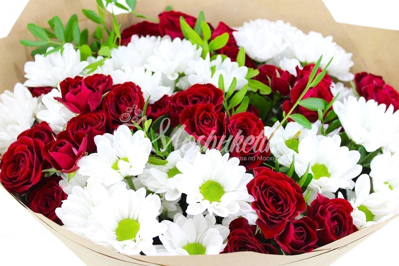 Букет из кустовых ромашковых хризантемы и красных кустовых розв