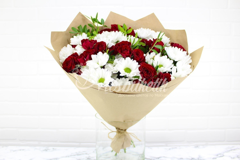 Букет из кустовых ромашковых хризантемы и красных кустовых роз