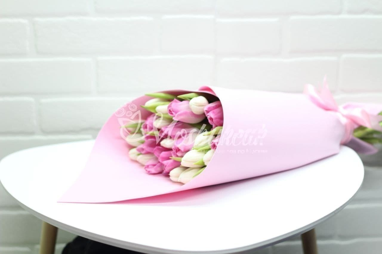 Букет из 25 бело-розовых тюльпанов