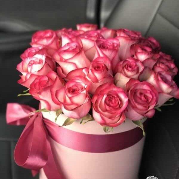 Бело-розовые розы в розовой шляпной коробке (19 шт)