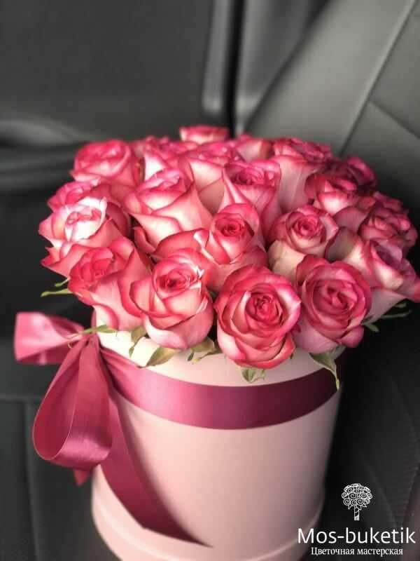 Бело-розовые розы в шляпной коробке