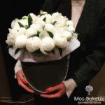 Белые пионы в черной шляпной коробке (29 шт)