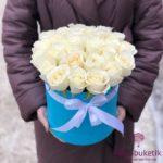 Белые розы в голубой шляпной коробке (25 шт)