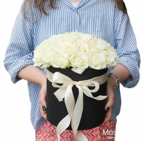 Белые розы в черной шляпной коробке (25шт)