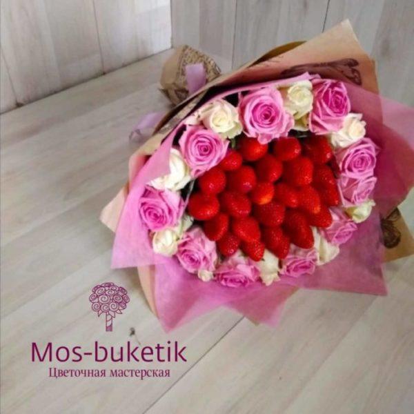 Букет из 21 роз с клубниками
