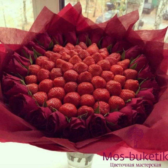 Букет из 31 розы с клубниками