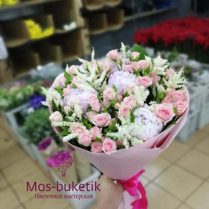 Букет из 5 пион кустовых роз зелени в крафте