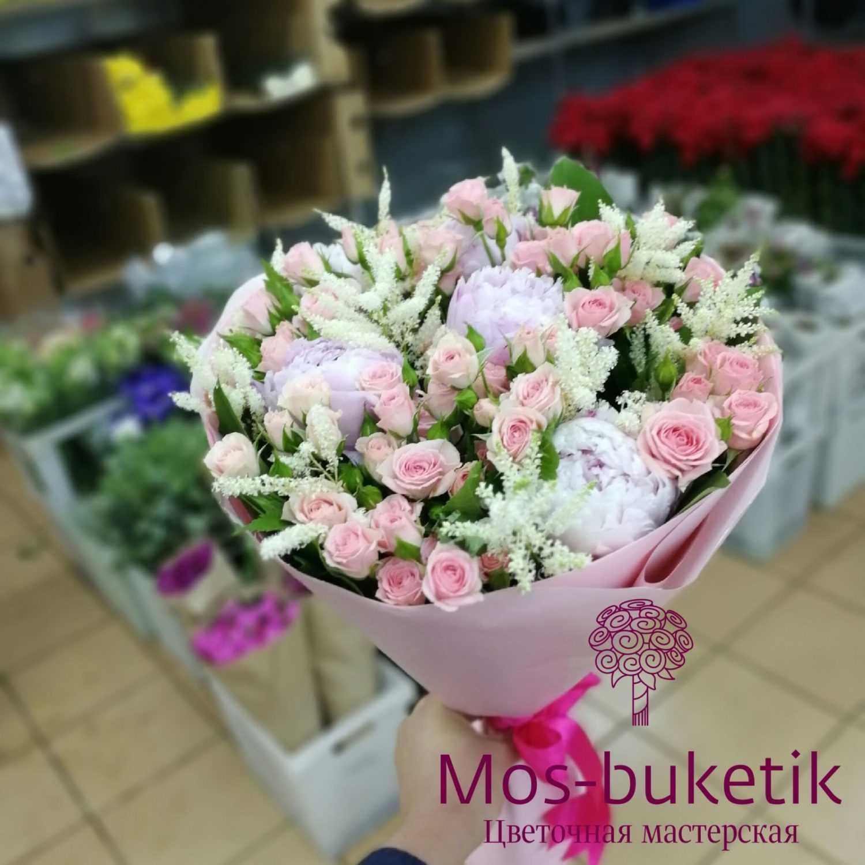 Букет из пионы кустовых роз
