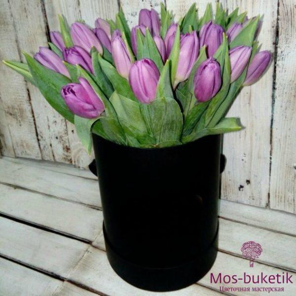 Фиолетовые тюльпаны в черной шляпной коробке