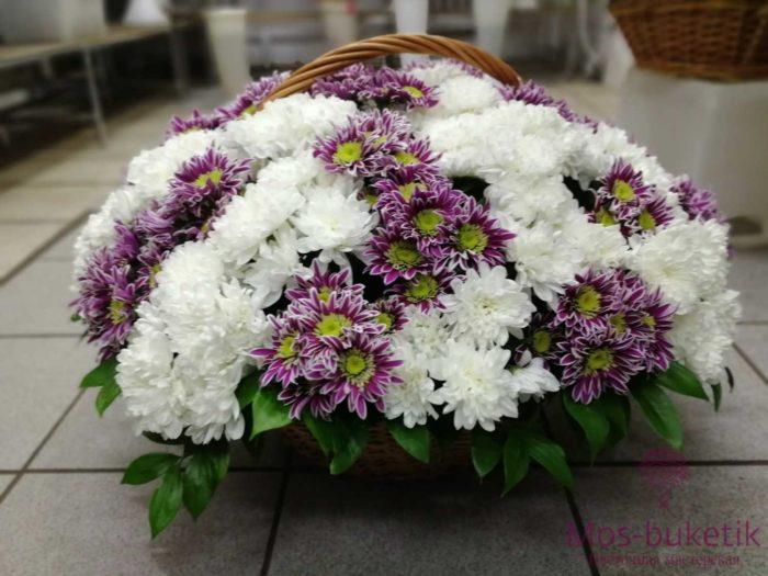 39 кустовых хризантем в корзине