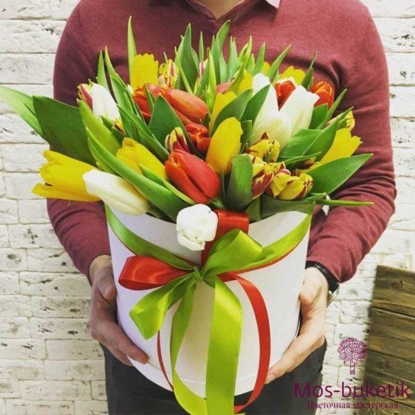 Микс из тюльпанов в шляпной коробке