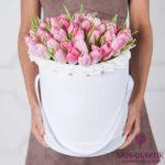 Розовые тюльпаны в шляпной коробке (35 шт)