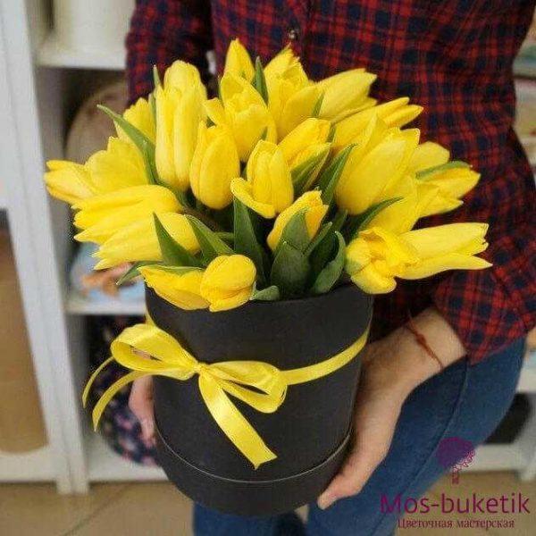 Желтые тюльпаны в черной шляпной коробке