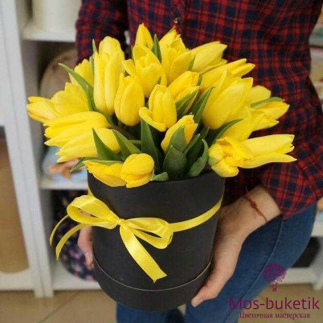 Желтые 31 тюльпаны в черной шляпной коробке
